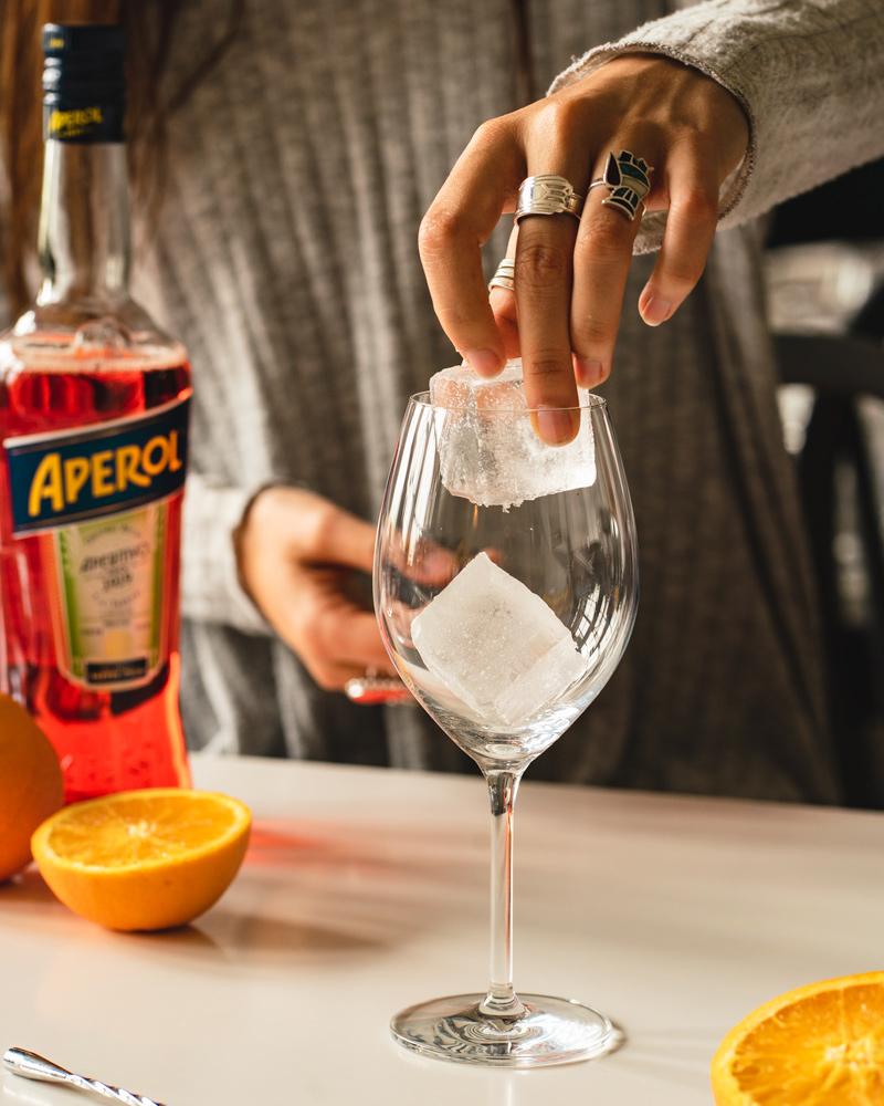Adding ice to a wine glass